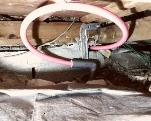 築30年くらいの一戸建ての床下で給湯配管(プラスチック管)からの水漏れを修理