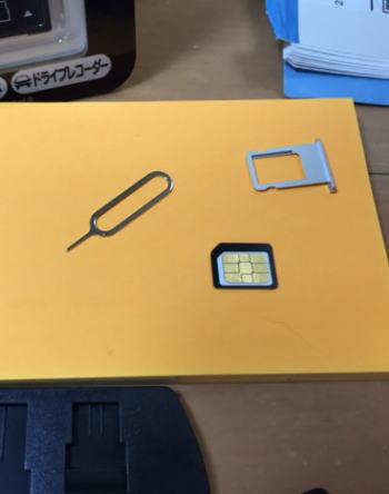 ナノシムカードにシムカードアダプタを取り付けてマイクロシムカードのサイズに変更