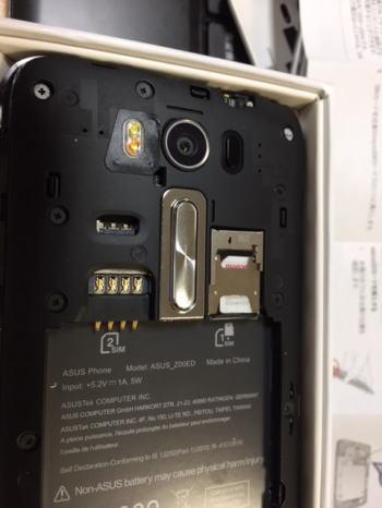 シムカードアダプタを取り付けたシムカードをZenfone 2 Laserに取り付ける