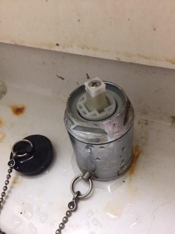 混合栓のつまみを抜く