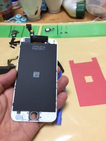 7.逆の手順で新しいフロントパネルにメタルプレート、ホームボタン周りの部品、インカメラとスピーカーまわりの部品を組み付ける