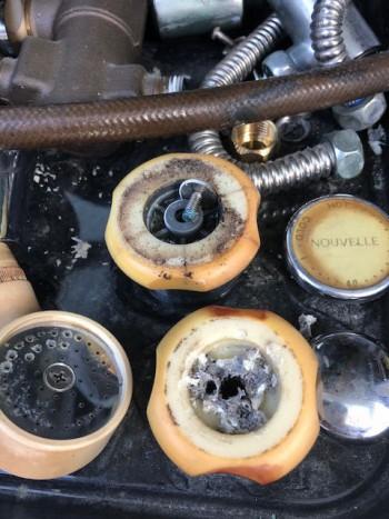 古い混合栓の部品は固着して外れない事も多くあります
