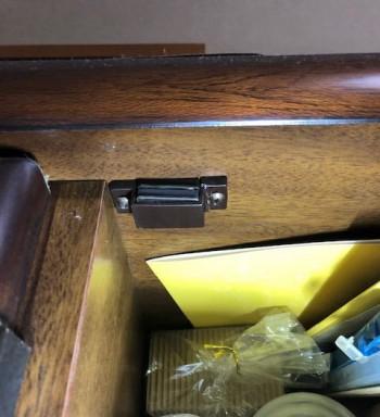 食器棚のガラス扉の磁石(マグネットキャッチ)が壊れた→ホームセンターで100円程度から部品を売っています。