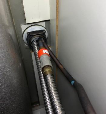 混合栓の裏側を見ると【ワンタッチカラン】の特徴があるので判断できます