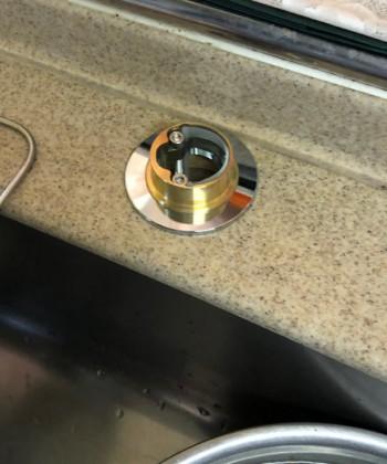 『カウンター穴径変換アダプター』は新しい混合栓の取り付け金具に挟むように取り付けます