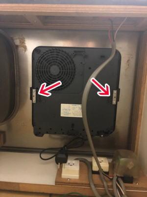 コンロ下側の板バネ2ヶ所を外してコンロを取り外す