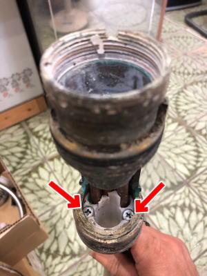 プラスチックガイドの邪魔な部分を折り取る、上面施工アダプターのボルト(2本)を交互にゆるめて抜く