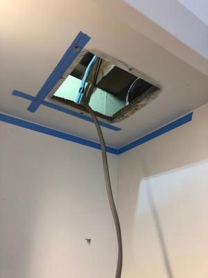 換気扇本体とダクト接続部を外して換気扇本体を取り外します